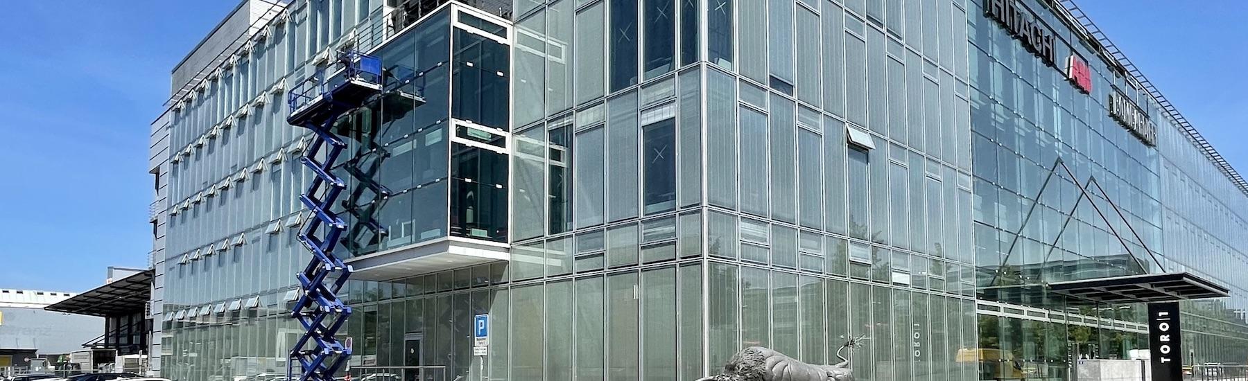 sunbiente Gebäudeglasfolien Sonnenschutzfolien am Erker der Geschäftsliegenschaft Toro1 in Zürich-Oerlikon
